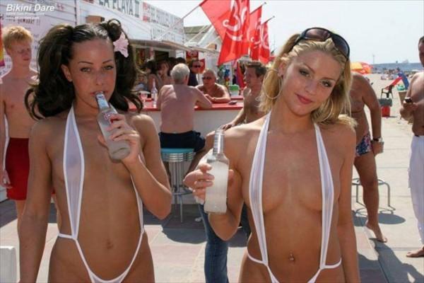 (ヘンタイ)もはや、紐の様なものも・・・ ヘンタイミズ着をビーチで着こなすドすけべモデル達wwwwwwwwww