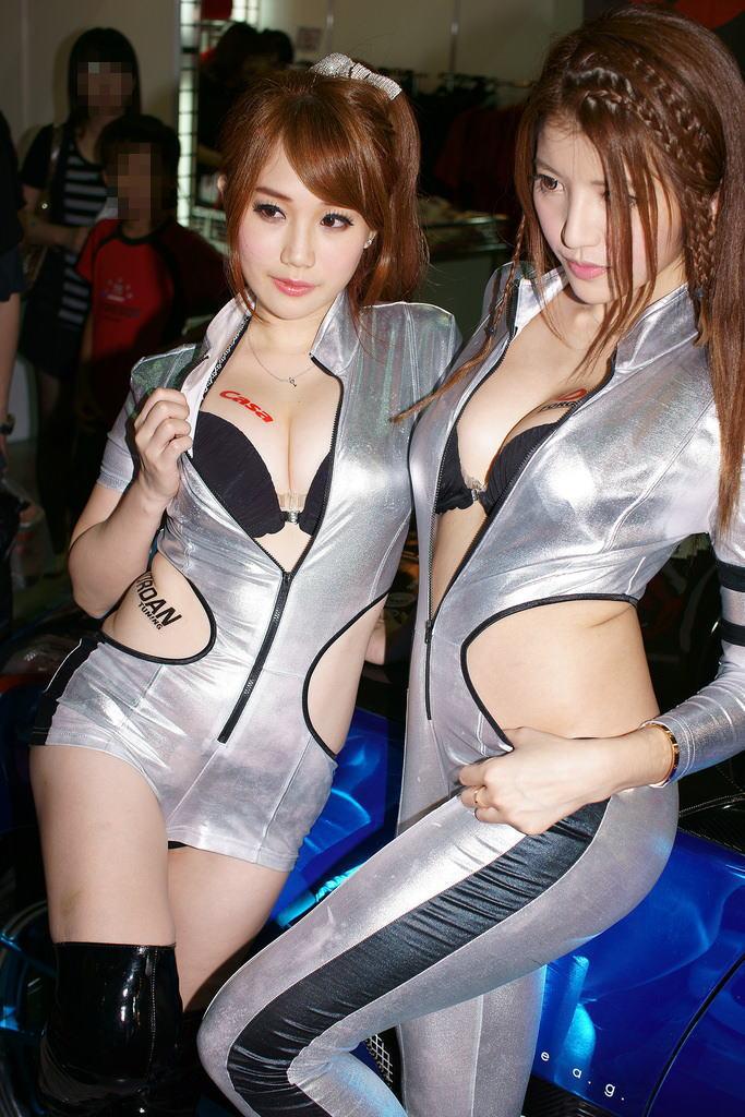 台湾のコンパニオンの下着チラリ