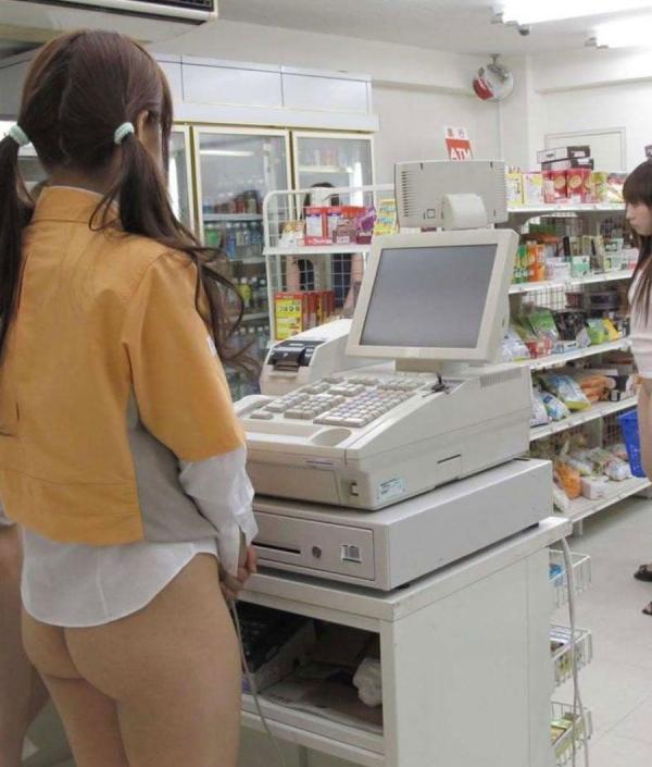 ツイカス「尻出してるコンビニ店員がいた☆☆」 ← ガチでクソワロタwwwwwwwwwwwwwwwwww(写真あり)