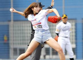 【※アウト※】「神スイングの稲村亜美、3塁手にだけビラビラ始球式」と話題の画像がコレwwwwwww(画像あり)